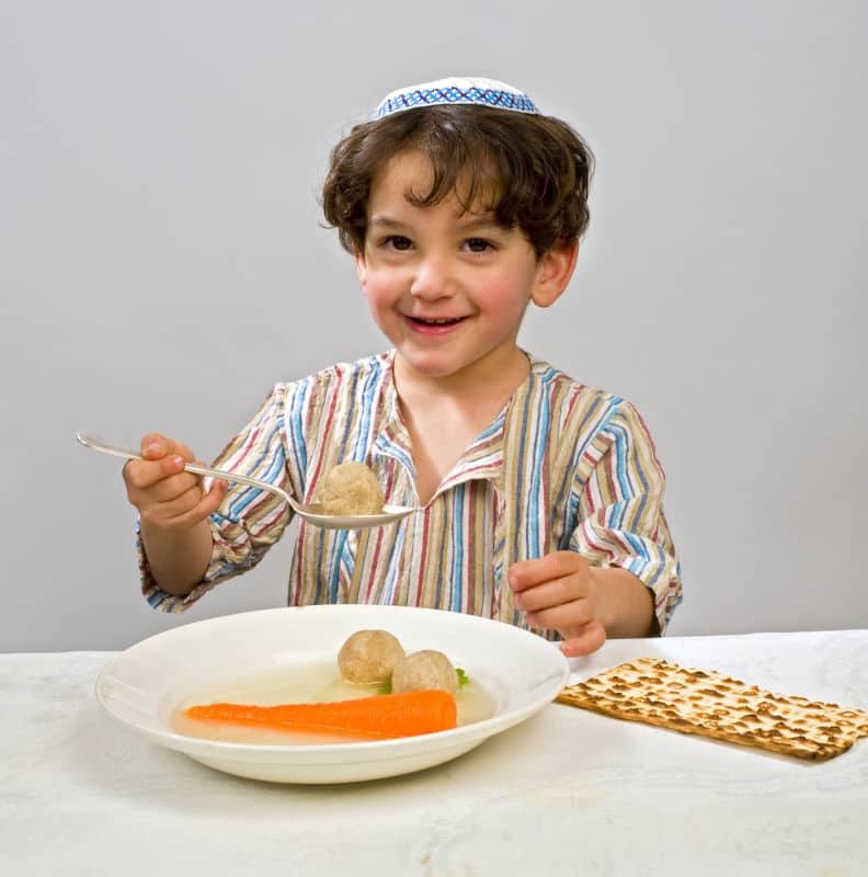 bambino ebreo che mangia