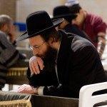 preghiera in sinagoga di ebreo ultraortodosso